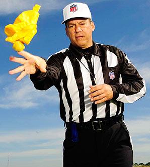 フットボールの審判は、反則があるとイエローフラッグを投げる