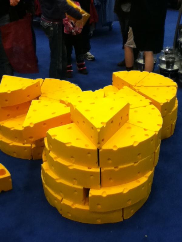 スーパーボウル・エクスペリエンスのお土産物屋に売っていたチーズヘッド