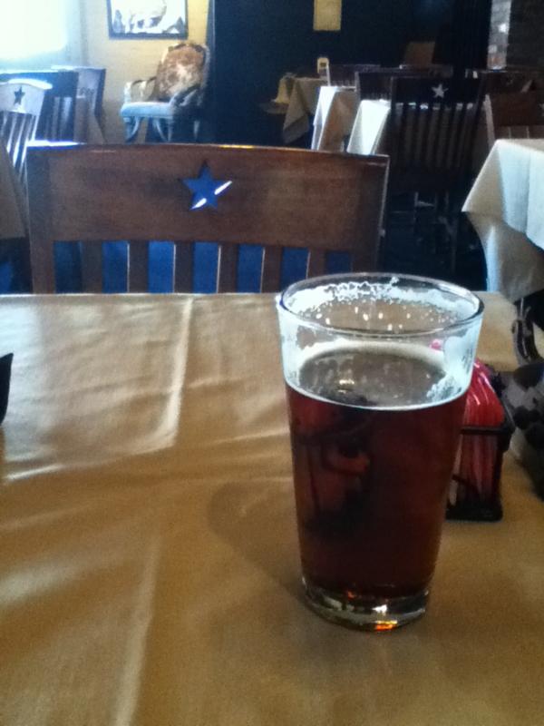 おすすめされたダラスの地ビールを飲む